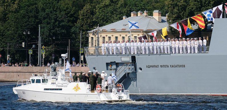 Прямая трансляция и полная запись военно-морского парада в Санкт-Петербурге