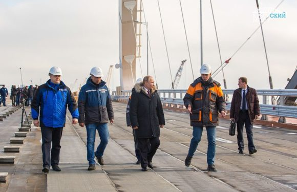 Первый поезд и Путин продвигаются к Крымскому мосту!